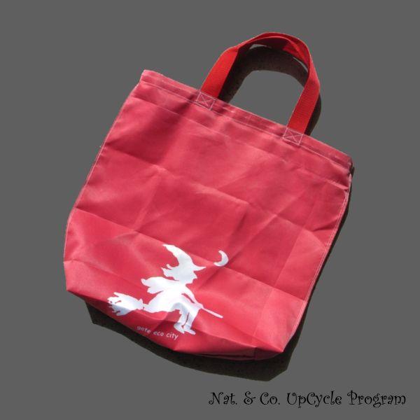 赤いドレスの女性とアップサイクルバッグ